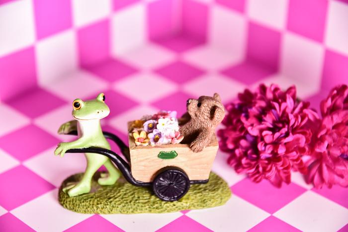 ツバキアキラが撮ったカエルのコポー。お花を運んでいる、コポタロウとクマくん。おっと、クマくん、お花がこぼれているよ。