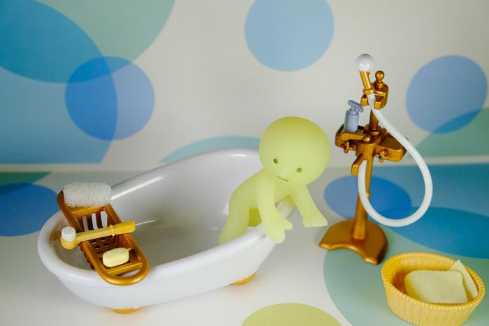 ツバキアキラが撮ったスミスキーの写真。恐る恐る、バスタブのお湯に入ろうとしているスミスキー。