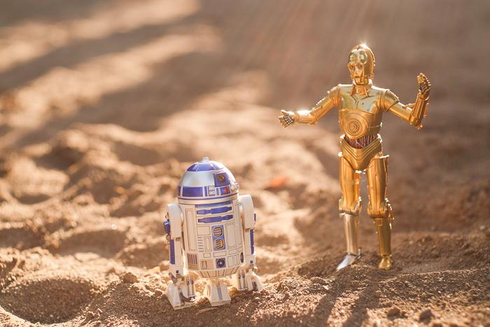 ツバキアキラが撮った、S.H.フィギュアーツのC-3POとR2-D2。タトゥイーンの砂漠でケンカをしているC-3POとR2-D2。