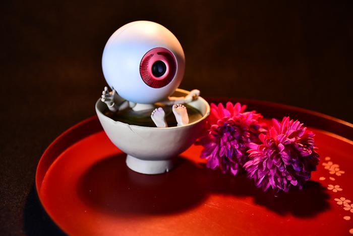ツバキアキラが撮った、海洋堂・タケヤ式自在置物・目玉おやじ。茶碗風呂で入浴中の目玉おやじ。