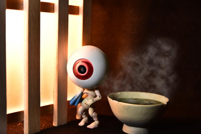 ツバキアキラが撮った、海洋堂・タケヤ式自在置物・目玉おやじ。湯気の立つ、ほかほかの茶碗風呂で、気持ち良さそうな父さん。
