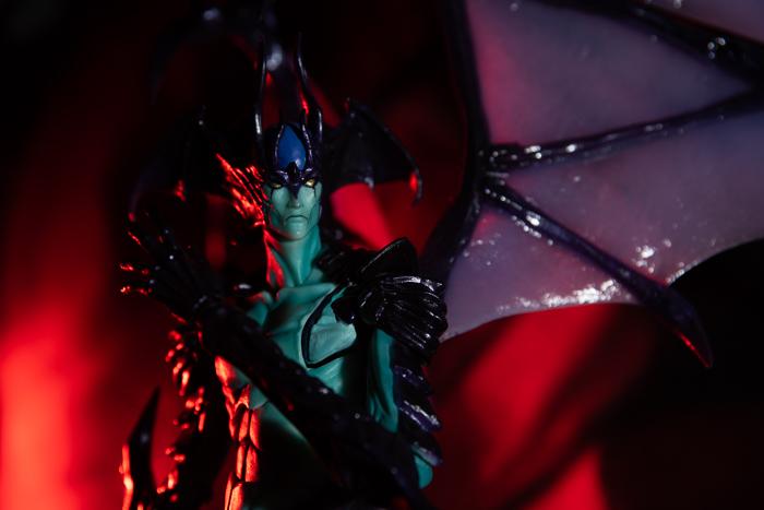 ツバキアキラが撮った、韮沢靖さんデザインのヴァリアブルアクションヒーローズ デビルマン Ver.Nirasawa2016。黒いサテンに赤いライトを当てて、揺らめく炎のような赤い影ができた。