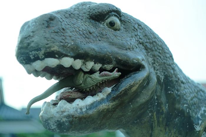 恐竜に食べられそうになっている、シン・ゴジラ第二形態、蒲田くん