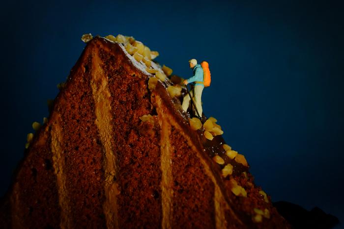 ミニチュア・ヒト写真、ケーキの山を登山する人