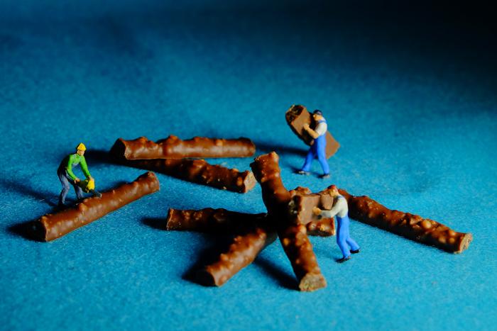 ミニチュア・ヒト写真、木材を切り出して、製材をする人々