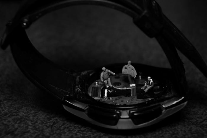 ミニチュア・ヒト写真、時計を修理する作業員達