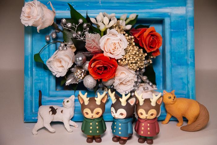 ツバキアキラが撮った、VAG・MORRIS、通称・つのねこ。父と母が二人で作ったお花の飾りを見ていたら、猫さんが寄ってきました。