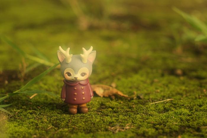 ツバキアキラが撮った、VAG・MORRIS、通称・つのねこ。フカフカの苔の野原に立っている、つのねこ。