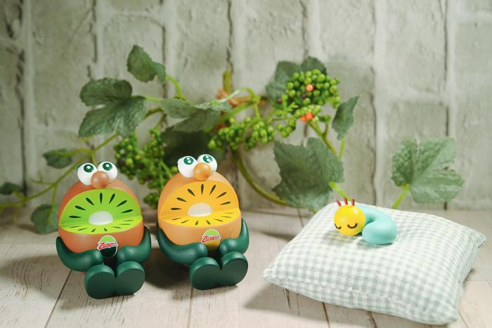 ツバキアキラが撮った、ゼスプリキウイブラザーズのフィギュア。寝ているニャッキを起こさないように、静かにしているグリーンと歌いたいゴールド。