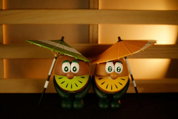 ツバキアキラが撮った、ゼスプリキウイブラザーズのフィギュア。それぞれのカラーの和傘を携えて。