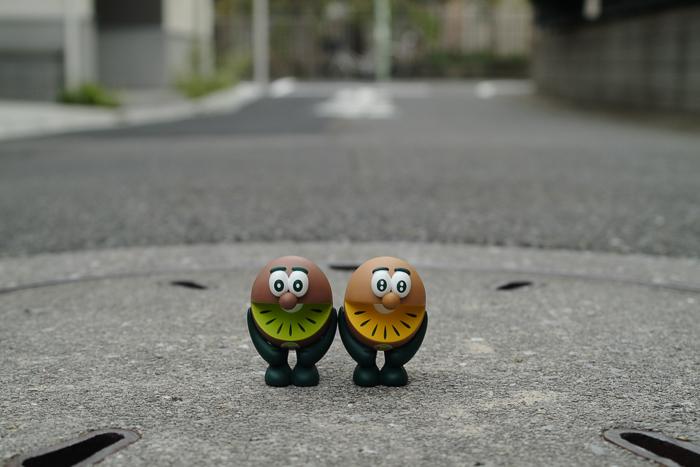 ツバキアキラが撮った、ゼスプリキウイブラザーズのフィギュア。外を散歩しているキウイブラザーズ。