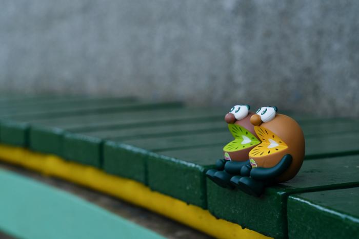 ツバキアキラが撮った、ゼスプリキウイブラザーズのフィギュア。カーブを描いたベンチに座っているキウイブラザーズ。ゴールドは、ピアノの鍵盤の上に乗っている気分になっています。